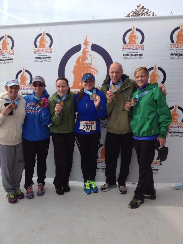 Członkowie Bucks County Triathlon Club i medale zdobyte podczas Half Trenton Marathon.